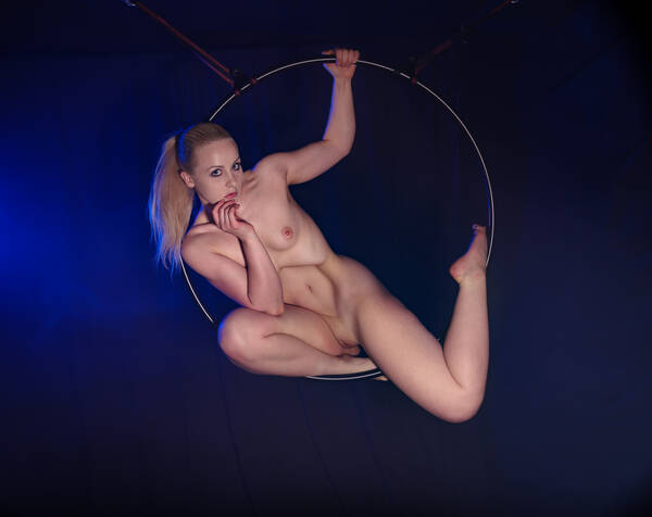 photographer RTC uncategorized modelling photo. keira playing with the hoop at studiodee.